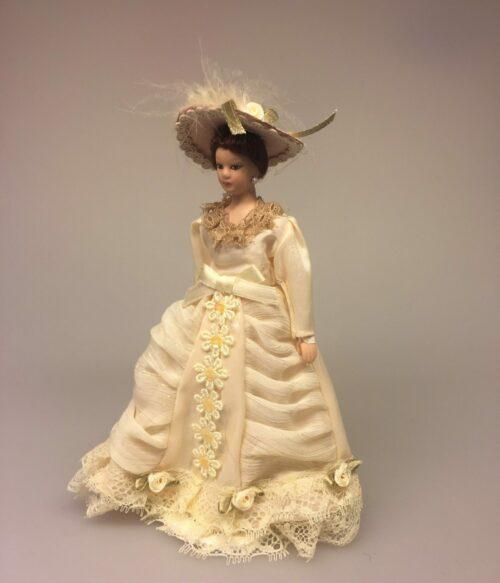 Dukke Fin Dame i beige kjole
