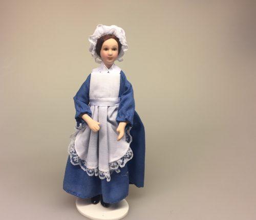 Dukke i blå kjole og forklæde, barneplejerske, barnepige, hushjælp, stuepige, køkkenhjælp, Baby hvid, Baby rosa, babydukke, dukkebaby, dukkehusdukke, dukkehusbaby, mini, miniatyre, miniature, lille, lyserød, rosa, pink, ting til dukkehuset, miniaturen, dollhouse, biti, ribe, vadehavet,
