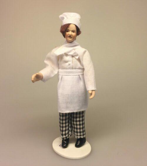 Dukke Kok eller bager, bager, bagerdukke, kok, kokkedukke, dukkehus, dukkehusdukke, miniature, miniaturer, konditor, kringlevrider, kokkehue, grillmester, grill, weber, grillen, grillspyd, barbeque, biti, ribe