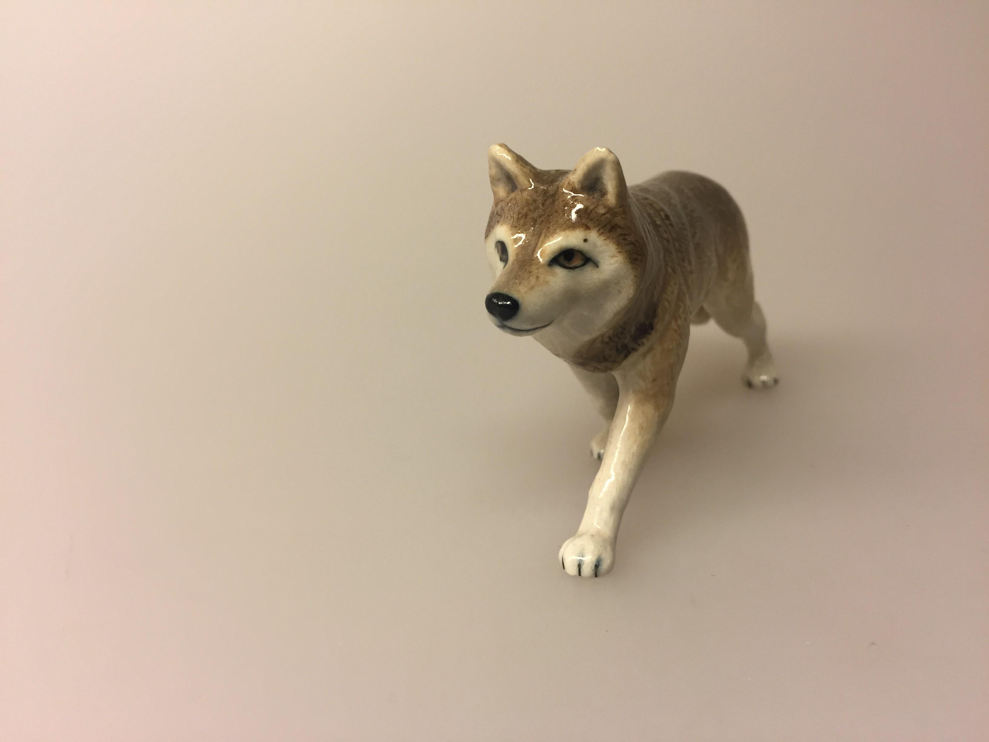 Ulv Figur porcelæn, ulve, ulvefigur, porcelæn, porcelænsfigur, ulveting, ulve i danmark, danske ulve, håndlavet, pynt, nips, ulven kommer, peter og ulven, natur, den danske natur, wolf, wulf, ulveunger, fauna, vadehavet, marsken, håndarbejde,