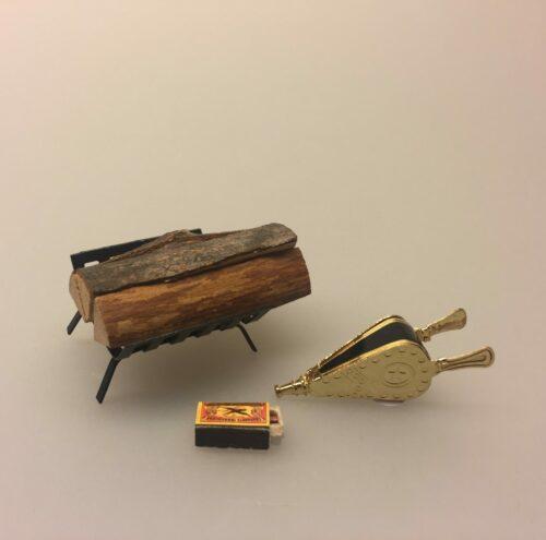 Miniature Tændstikæske, Miniature Blæsebælg messing, Miniature brænde på stativ, brænde, brændestabel, brændeholder, kløvet, ildsted, komfur, dukkehus, dukkehusting, til nisser, nisseting, nissebo, nissehus, nissedør, dukkehuset, sættekasse, sætterkasse, sætterkasseting, 1:12, mini, småt, dukketing, biti, ribe, jul, julekrybbe, krybbespil,Miniature Tændstikæske, dukkehus, dukkehusting, ting til dukkethuset, miniature, miniaturer, sættekasse, sætterkasse, sættekasseting, nisseting, nissetilbehør, mini, småt, 1:12, jul, nissehuset, nissedør, til nisserne, biti,ribe