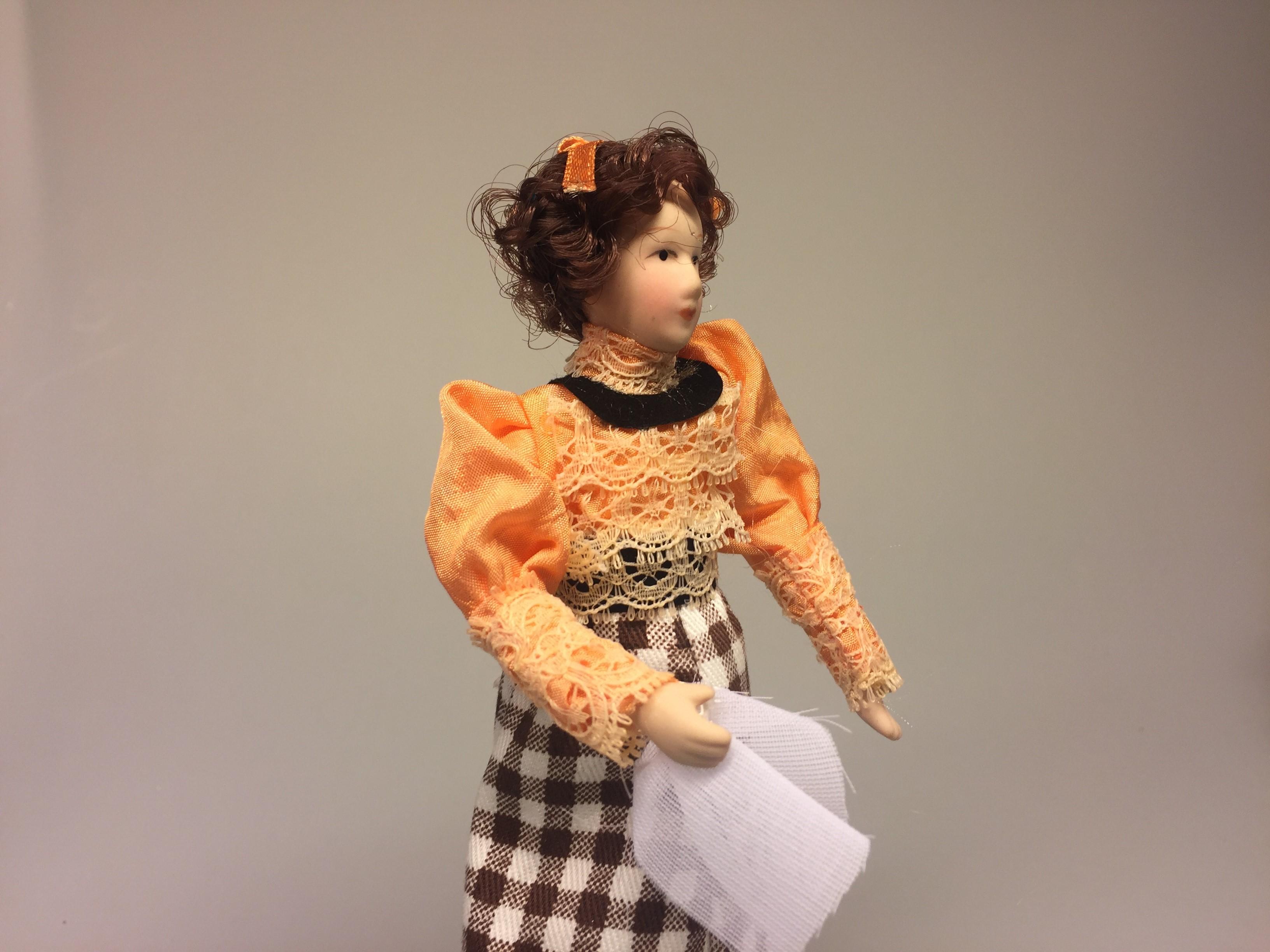 Dukke med ternet nederdel og ferskenfarvet bluse, aprikos, dukkehusdukke, dame, mor, miniature, miniaturer, dukke, frue, lærerinde, dukkehusting, til dukkehuset, dukkehjem, biti, ribe