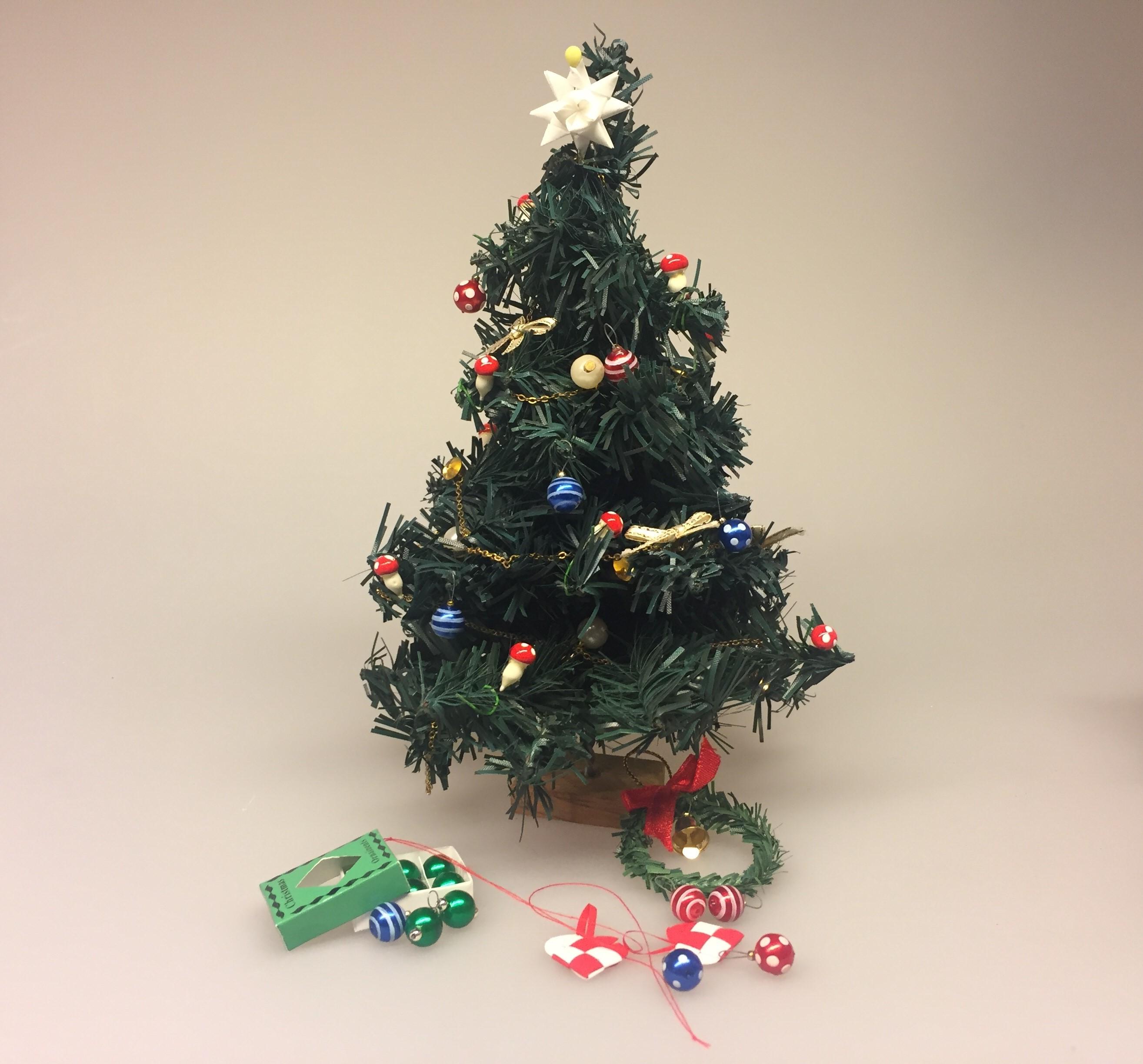 Miniature julepynt æske med julekugler, julepynt, glaskugler, æske, æske med julekugler, æske med glaskugler, glaskugler, dukkehus, dukkehusting, ting til, dukkehuset, miniaturer, nisserne, nissedør, nissebo, nissehus, julepynt, snelandskab, pynt, sætterkasse, sættekasseting, sætterkasseting, nisseting, nissetilbehør, biti, ribe