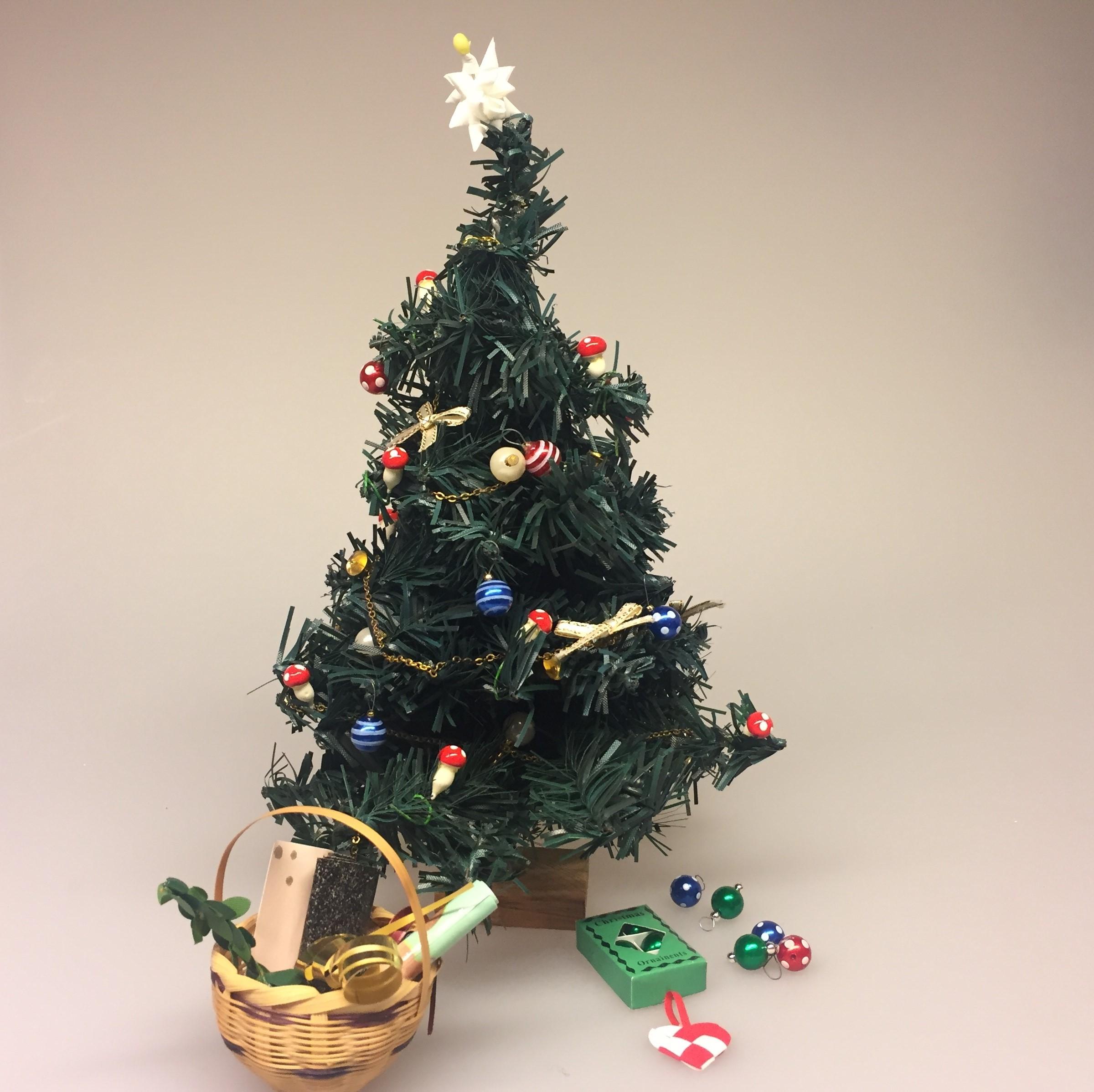 Miniature julekugler - glaskugler med ophæng, julekugle, glaskugle, dukkehus, Miniature julepynt æske med julekugler, julepynt, glaskugler, æske, æske med julekugler, æske med glaskugler, glaskugler, dukkehus, dukkehusting, ting til, dukkehuset, miniaturer, nisserne, nissedør, nissebo, nissehus, julepynt, snelandskab, pynt, sætterkasse, sættekasseting, sætterkasseting, nisseting, nissetilbehør, biti, ribe