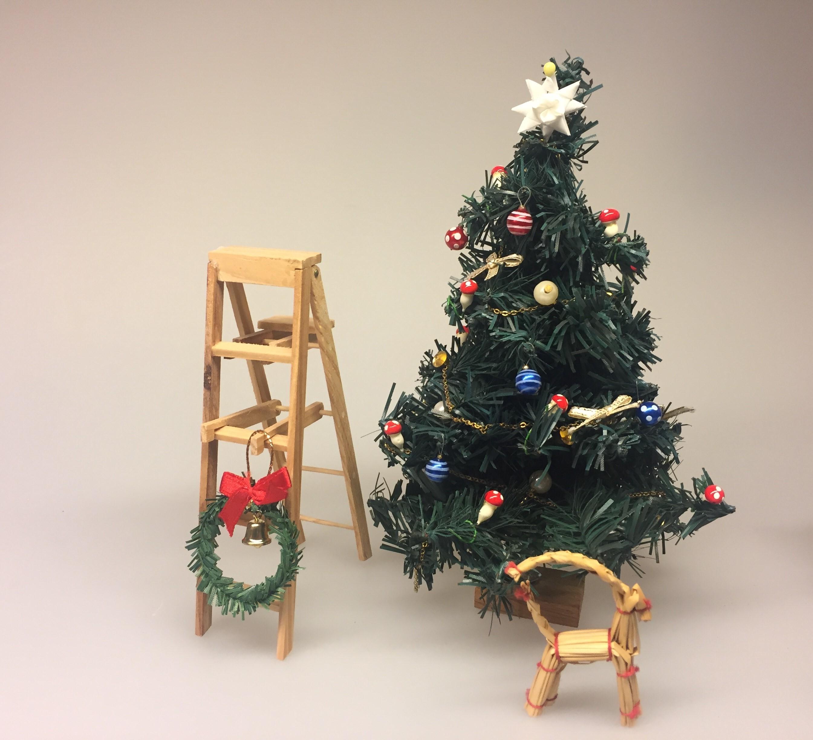 Miniature julepynt - Flettede små stjerner hvide,Miniature stige foldbar, wienerstige, stige, træstige, dukkehus, dukkehusting, ting til dukkehuset, miniature, miniaturer, nissedør, nisse, nisserne, nissehus, nisse tilbehør, dukkehus tilbehør, biti, ribe