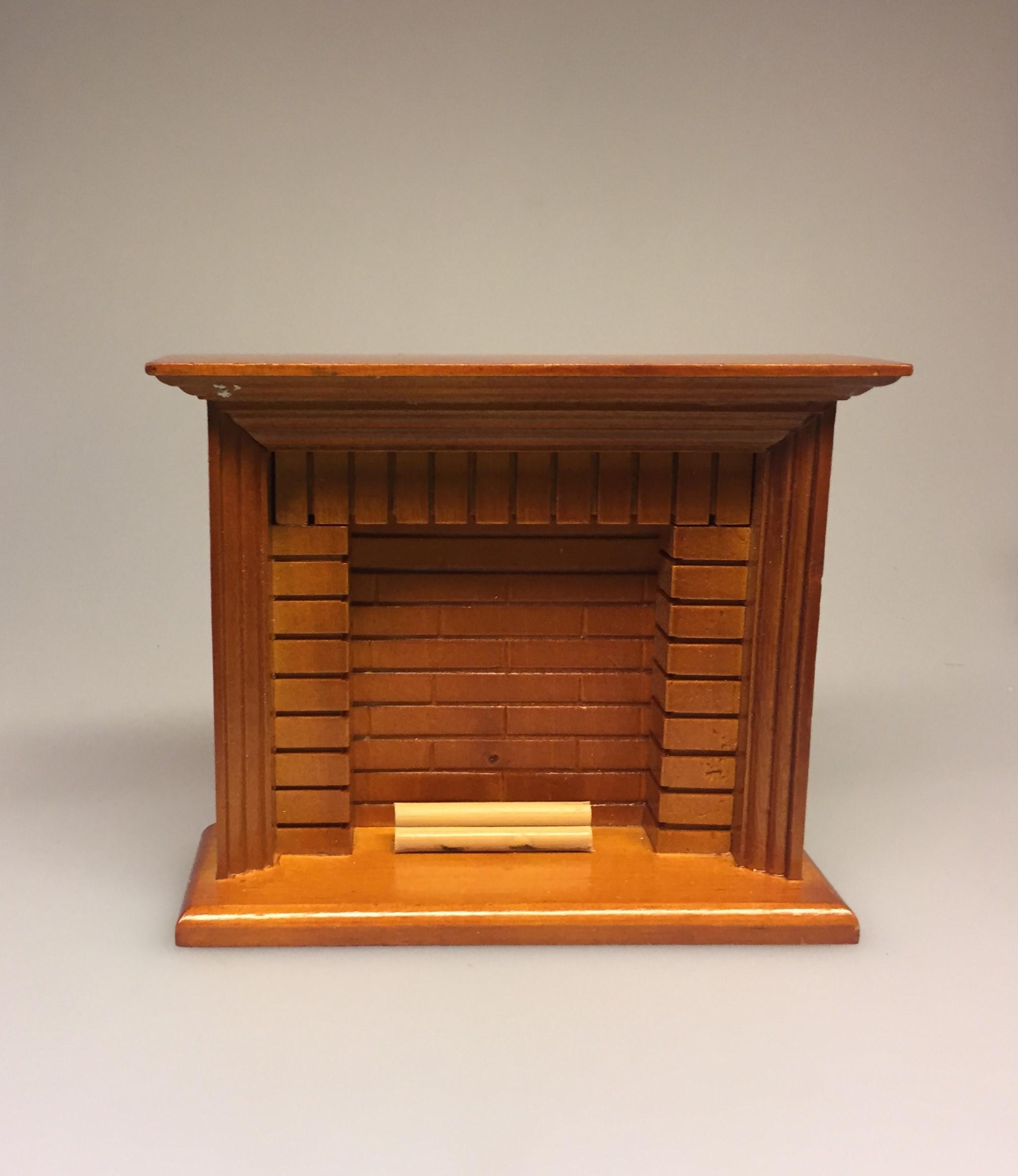 Miniature Kamin lys træ, miniature, miniaturer, dukkehus, dukkehusting, dukkehustilbehør, ting til dukkehuset, 1:12, kamin, kaminhylde, op på kaminhylden, og glimmer på, hella joof, pejs, åben pejs, ildsted, kakkelovn, brændeovn, nissebo, nissedør, santa, chimney, chimny, nissetilbehør, nisseting, ting til nisser,