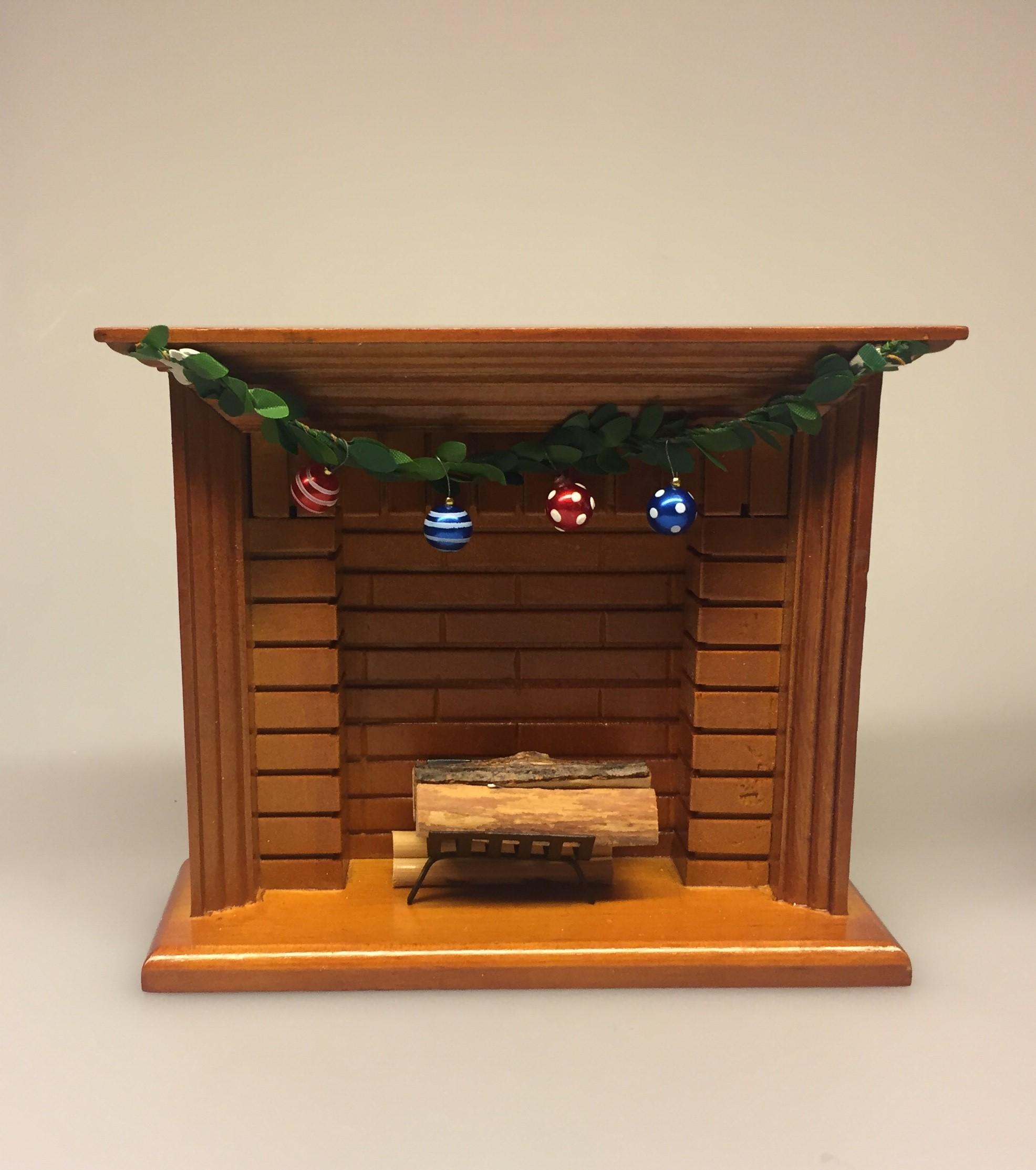 Miniature Kamin lys træ, miniature, miniaturer, dukkehus, dukkehusting, dukkehustilbehør, ting til dukkehuset, 1:12, kamin, kaminhylde, op på kaminhylden, og glimmer på, hella joof, pejs, åben pejs, ildsted, kakkelovn, brændeovn, nissebo, nissedør, santa, chimney, chimny, nissetilbehør, nisseting, ting til nisser, Miniature julekugler - glaskugler med ophæng i flere farver