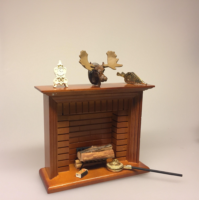 Miniature Kamin lys træ, miniature, miniaturer, dukkehus, dukkehusting, dukkehustilbehør, ting til dukkehuset, 1:12, kamin, kaminhylde, op på kaminhylden, og glimmer på, hella joof, pejs, åben pejs, ildsted, kakkelovn, brændeovn, nissebo, nissedør, santa, chimney, chimny, nissetilbehør, nisseting, ting til nisser, jagthytte, trofæ, elg, elsdyr