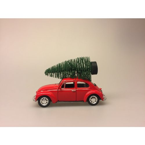 VW Folkevogn bobbel classic med juletræ på taget - Rød, vw, volkswagen, julebil, bil med grantræ, bil med juletræ, folkevogn med træ, folkevogn med juletræ, folkevogn med grantræ, driving home for christmas, driving home for xmas, julepynt, dekoration, stilleben, julebord, julen 2019, med granatræ på taget, bobbel, boble, bobble, nedgroet negl, asfalt bobbel, biti, ribe