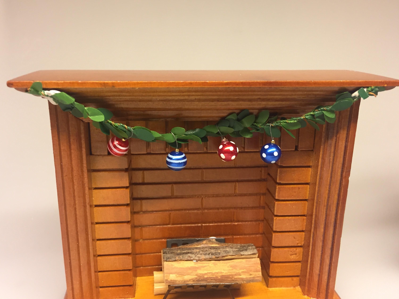 Miniature Kamin lys træ, miniature, miniaturer, dukkehus, dukkehusting, dukkehustilbehør, ting til dukkehuset, 1:12, kamin, kaminhylde, op på kaminhylden, og glimmer på, hella joof, pejs, åben pejs, ildsted, kakkelovn, brændeovn, nissebo, nissedør, santa, chimney, chimny, nissetilbehør, nisseting, ting til nisser, Miniature julekugler - glaskugler med ophæng, julekugle, glaskugle, dukkehus, Miniature julepynt æske med julekugler, julepynt, glaskugler, æske, æske med julekugler, æske med glaskugler, glaskugler, dukkehus, dukkehusting, ting til, dukkehuset, miniaturer, nisserne, nissedør, nissebo, nissehus, julepynt, snelandskab, pynt, sætterkasse, sættekasseting, sætterkasseting, nisseting, nissetilbehør, biti, ribe