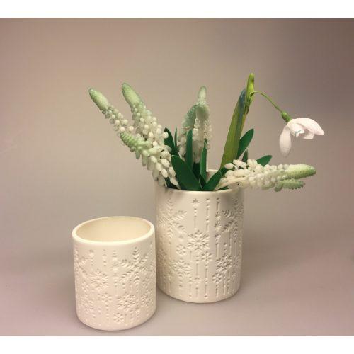 Fyrfadsstage eller vase med iskrystaller ,Fyrfadsstage med iskrystaller, snefnug, sne, vinter, jul, fyrfadslys, lysestage, potte, sukkulenter, kaktus, lys i mørket, vinterlys, december, julestage, keramik, enkel, fin, ren, stilig