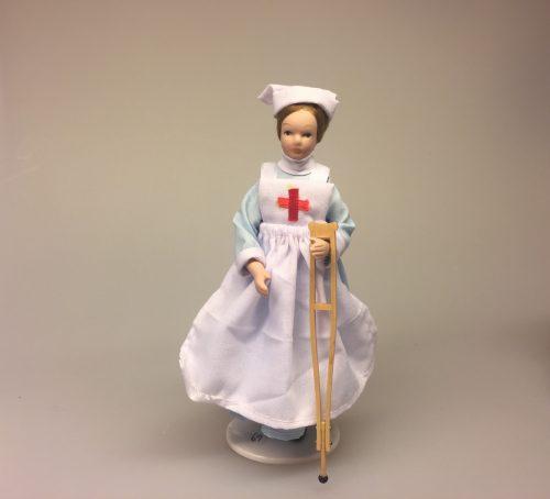 Dukke sygeplejerske, Krykke miniature, sygeplejerske, miniaturer, dukkehus, dukkehusting, til, sættekasse, sætterkasse, lille, bitte, sjove ting, medicin, læge, doktor, sygehus, brækket ben, forstuvet fod, ankel, medicin, apotek, biti, ribe