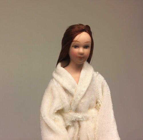 Dukke med badekåbe 1:12, dukkehusdukke, dukkehus dukker, til dukkehuset, badeværelse, morgenkåbe, badekåbe, badetøfler, slippers, morgenhår, badedukke, dukkehus tilbehør,