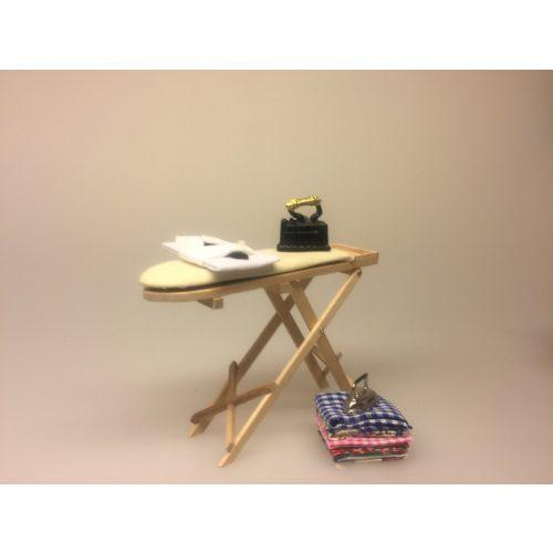 Miniature Strygetøj med strygejern, Miniature Strygebræt lyst træ ,Miniature Vaskebalje gul, Miniature balje gul emalje med badeand, vaskebalje, julebad, nisseting, ting til nisser, nisse tilbehør, nissedør, nissebo, dukkehus, dukkehusting, dukkehus tilbehør, ting til dukkehuset, 1:12, små ting, badekar, bad i køkkenet, klatvask, vasketøj, tøjvask, vaskemaskine, biti, ribe, Miniature Strygejern sort