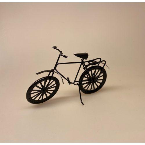 Cykel sort metal miniature 1:12, cukel, herrecykel, miniature, mini, model cykel, dukkehus, dukkehusstørrelse, symbolsk, gavekort til cykel, sangskjuler, konformationsgave, pengegave, cykelrytter, fritids, hobby, cyklist, rytter, biti, ribe, sætterkasse, ting med cykler,