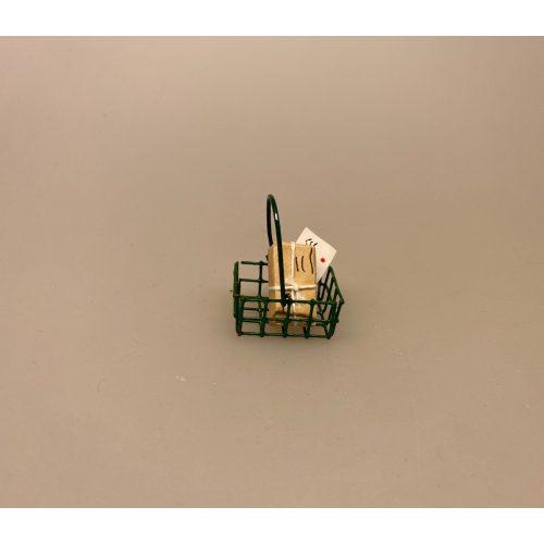 Postpakke brun miniature ,Indkøbskurv grøn miniature , købmandsbutik, handle, shopping, indkøb, varer, varekurv, supermarked, på marked, trådkurv, metalkurv, miniature, miniaturer, dukkehus, dukkehusting, ting til, dukkehus, nissebo, nissehus, nissedør, mini, dukketing, biti, ribe, sætterkasse, sættekasse, sangskjuler,