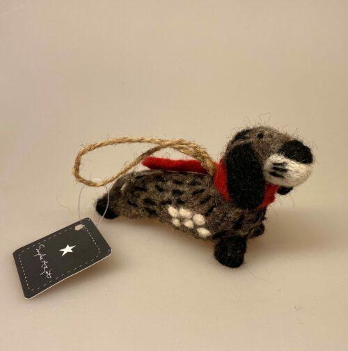 Gravhund med bånd håndlavet i uld filt , filtet, nålefilt, håndlavet, uld, ulddyr, filt, dyr, hund, gravhund, grævlingehund, dachshund, dackel, hundefigur, ting med hunde, gave, hundeejer, gravhundeting, biti, ribe
