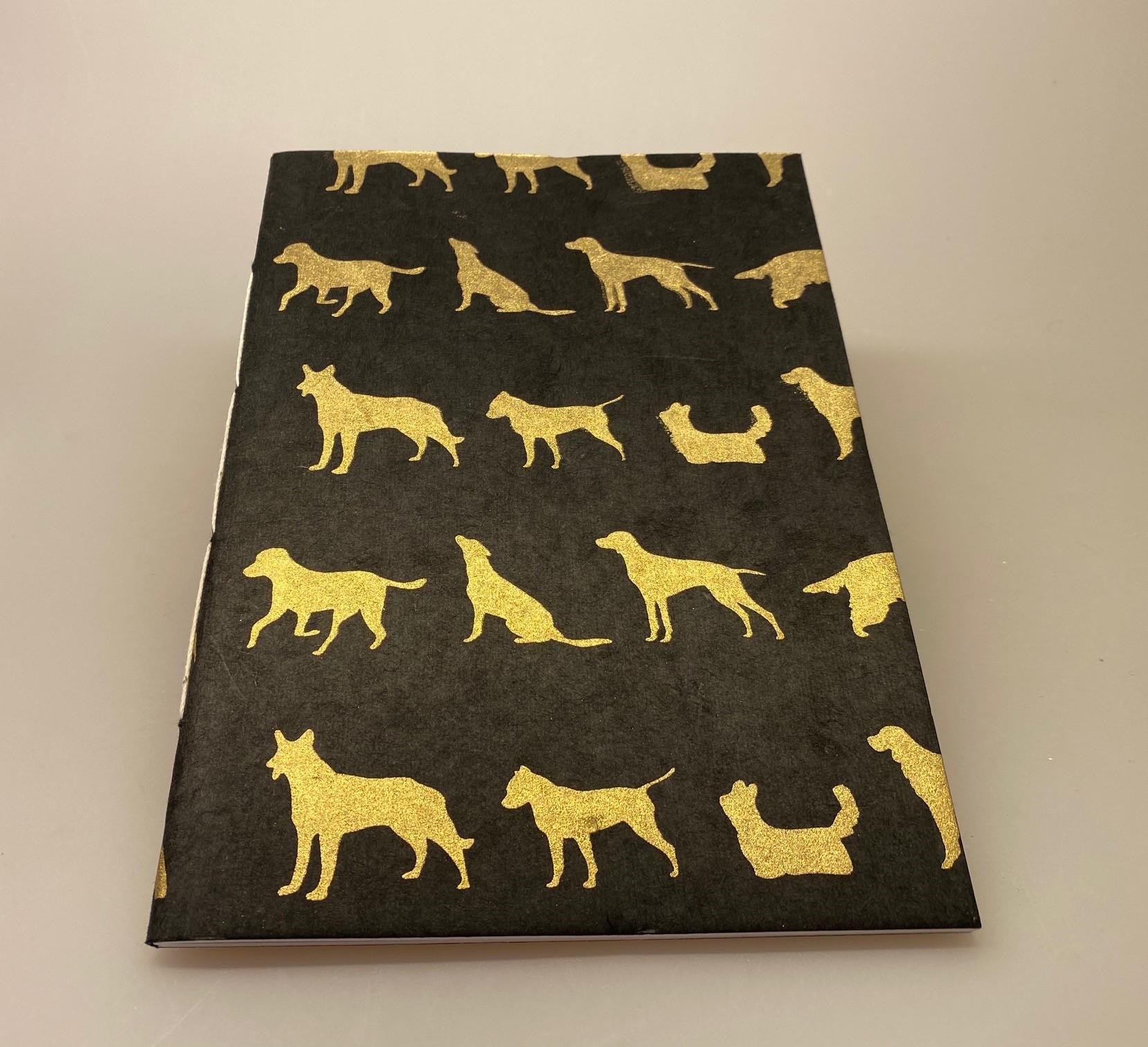 A5 Hæfte håndlavet papir - Sort med gyldne hunde, hunde, hunde ting, ting med hunde, hunde bog, hunde hæfte, notesbog, noteshæfte, tegne hæfte, håndlavet, papir, nepal, notater, hæfte, dagbog, tegninger, hunderacer, hunde ejer, gave, gaveidé, penge gave