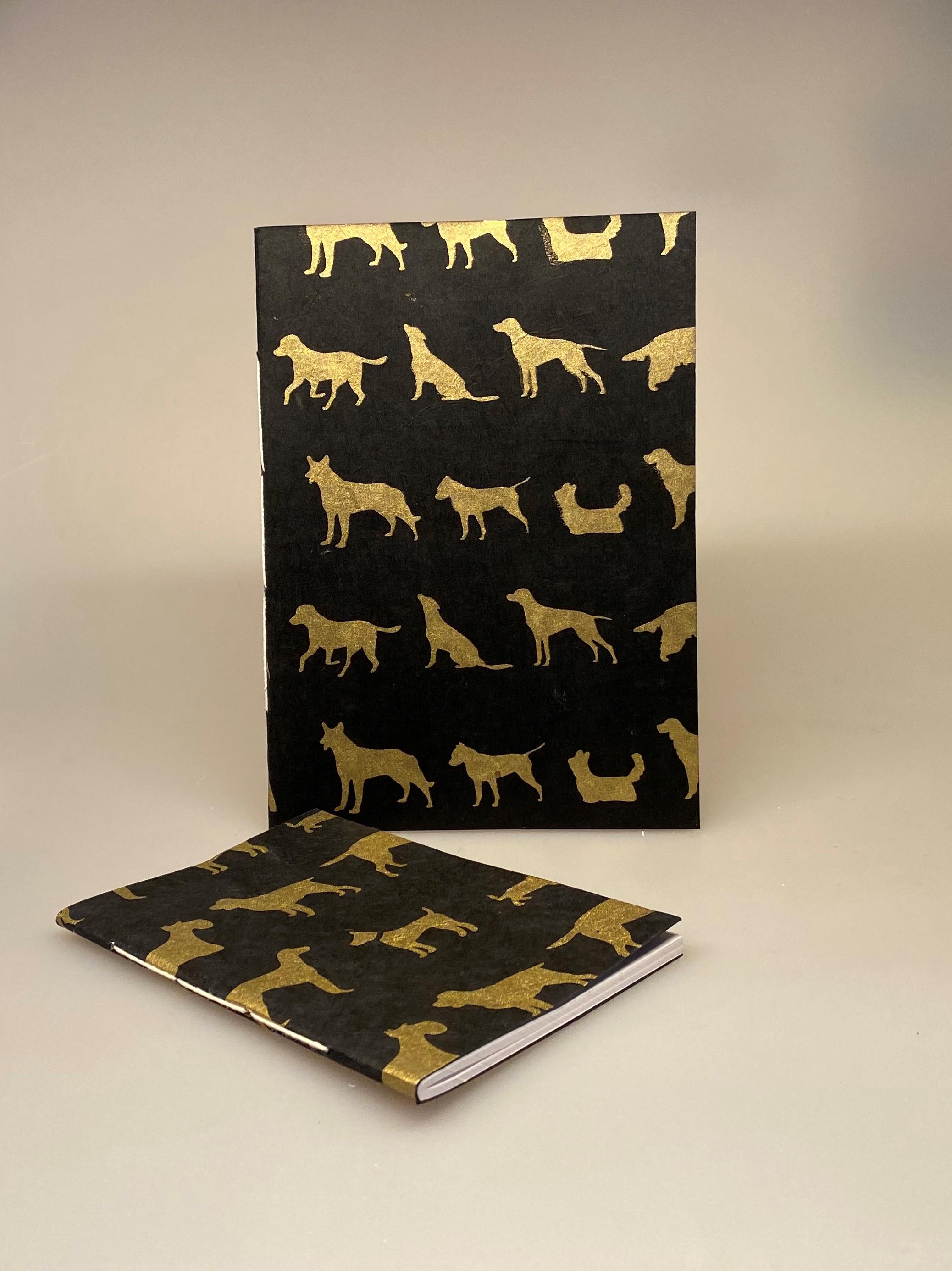 A5 Hæfte håndlavet papir - Sort med gyldne hunde A6 Hæfte håndlavet papir - Sort med gyldne hunde, hunde, hunde ting, ting med hunde, hunde bog, hunde hæfte, notesbog, noteshæfte, tegne hæfte, håndlavet, papir, nepal, notater, hæfte, dagbog, tegninger, hunderacer, hunde ejer, gave, gaveidé, penge gave