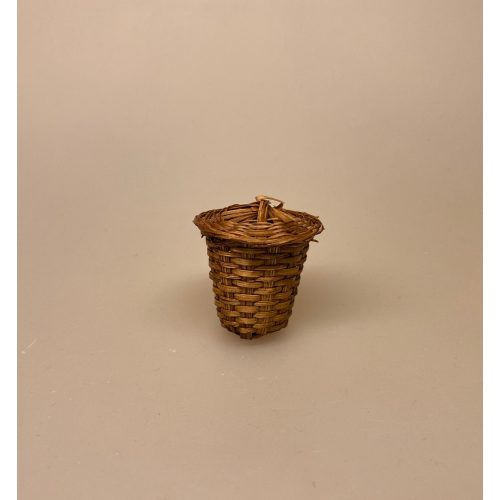 Miniature Kurv med låg flettet 1:12 , havearbejde, visne blade, Miniature Vaskekurv flettet 1:12, Skjorte miniature 1:12 fint sammenfoldet stykvist assorterede, dukketøj, vasketøj, strygetøj, miniature, miniaturer, dukkehus, dukkehuset, dukkehustilbehør, dukkehusting, dukkestørrelse, lille, små, gavekort, penge til tøj, sangskjuler, symbolsk, pengegave, sætterkasse, sættekasse, 1:12, biti, ribe