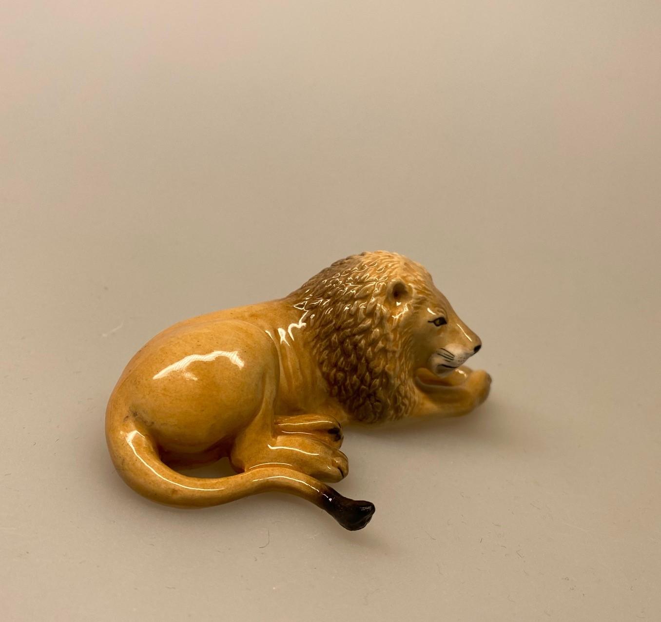 Løve Figur porcelæn , porcelænsdyr, porcelænsløve, porcelænsfigur, porcelænsfigurer, løvefigur, hanløve, han løve, løvehan, leo, lion, nips, dyrefigur, porcelænsdyr, pynteting, dekoration, sættekasse, sætterkasse, sættekasseting, ting til, sætterkassen, amagerhylden, samler, zoo, zoologisk have, savanne, safari, afrika, mit afrika, karen blixen, storvildt, de store fem, de store 5, biti, ribe