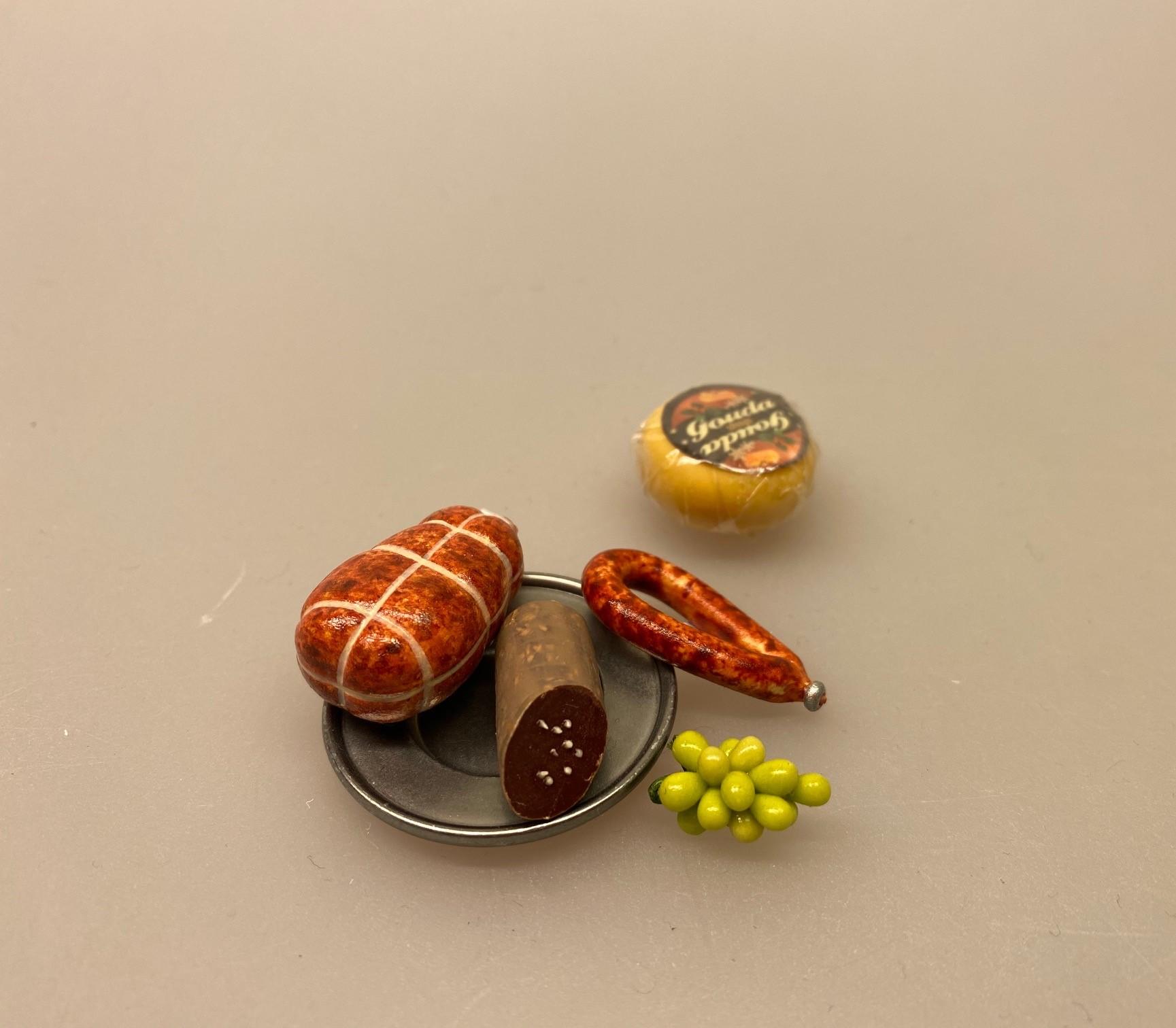 Miniature rund pølse 1:12 ,Miniature røget skinke 1:12, Miniature Gouda ost, ost, ostebord, gauda, rund ost, købmandsbutik, købmandsvarer, mini, miniature, miniaturer, gammel, gamle, dukkehusting, dukkehuset, ting til, interiør, mad, dukkemad, legemad, sætterkassen, sættekasseting, model, legemad, biti, ribe, 1:12