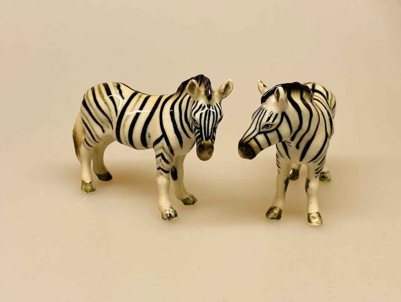 Zebra Figur porcelæn , zebra, zebrafigur, porcelæn, porcelænsfigur, porcelænszebra, håndmalet, nips, miniature, miniaturer, sættekasse, sætterkasse, sættekassefigur, ting til, amagerhylde, amagerhylden, biti, ribi, pynt, pyntefigurer, afrika, safari, savanne, på servannen,