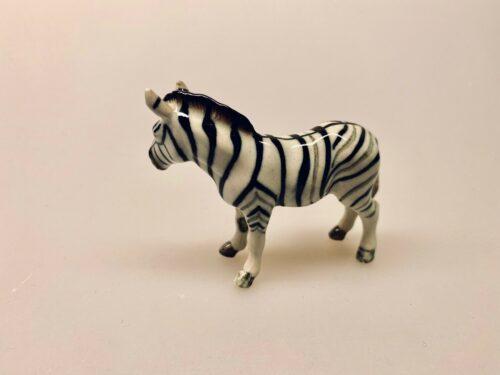 Zebra Figur porcelæn , zebra, zebrafigur, porcelæn, porcelænsfigur, porcelænszebra, håndmalet, nips, miniature, miniaturer, sættekasse, sætterkasse, sættekassefigur, ting til, amagerhylde, amagerhylden, biti, ribi, pynt, pyntefigurer,