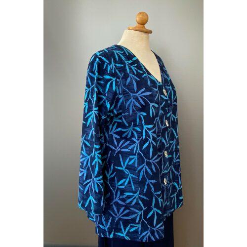Batikbluse med knapper 006 Bomuld Jersey - Padi Blå, Batikbluse med knapper 006 Bomuld Jersey - blå toner, blå nuancer, himmelblå, blå, jersey, bomuld, bomuldsjersey, knapper, cardigan, jakke, fest, lækker, behagelig, let, åndbar, afslappet, festtøj, slank, smart, forår, sommer, økologisk, bæredygtig, kulørt, farverigt, ribe, biti, unikat, marine, havfarver, blågrøn, batik, batikfarvet, batiktryk, kunsthåndværk,