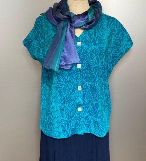 Bluse-jakke 010 Bomuldsjersey - Koral Turkis , bomuld, kba, økologisk, bio, GOTTS, batik, batiktryk, batikfarvet, jersey, bomuldsjersey, bolero, fest, jakke, t-shirt, T-shirt jakke, kanpper, kanppet, turkis, havfarver, blå, grøn, blågrøn, blød, åndbar, smuk, figur, talje, kædelig, slankende, lækker, smuk, akvarel, biti, ribe, unikat,