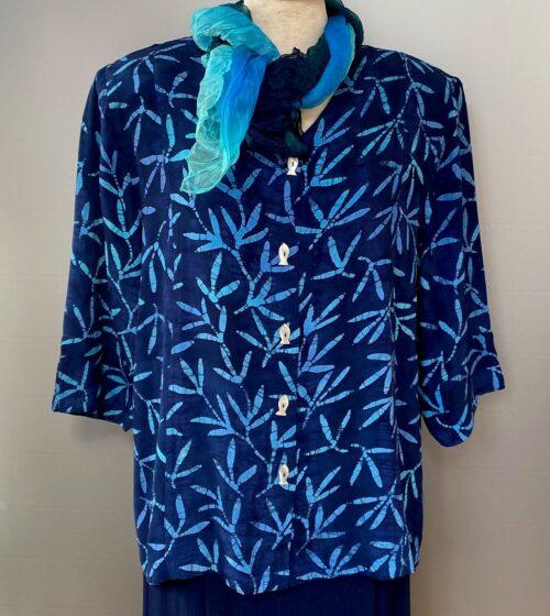 Batikbluse Model 122 med fiskeknapper - Padi Blå, jakke, festjakke, festtøj, slankende, lang, kannapper, flot, store størrelser,store piger, curves, xxl, blå, mørkeblå, navy, marineblå, farver, åndbar, natur, fibre, smart, speciel, biti, ribe, kunst, kunsthåndværkerne