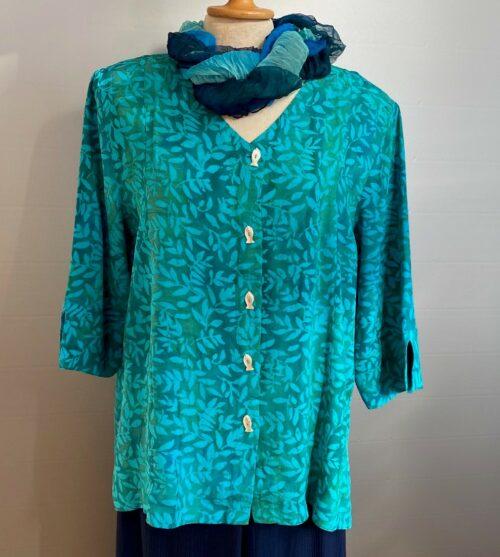 Batikbluse Model 122 med fiskeknapper - Løv turkis , tyrkis, turkis, natur, naturmateriale, viskose, rayon, slank, slankende, store størrelser, store piger, storpigetøj, curvy, økologisk, håndlavet, kunstnerisk, farverigt, kulørt, farver, forår, sommer, indejakke, skjorte, skjortebluse, bluse, lækker, kvalitet, flot, smuk, biti, ribe, dansk, stil, smart, speciel, batik, batiktryk, batikfarver