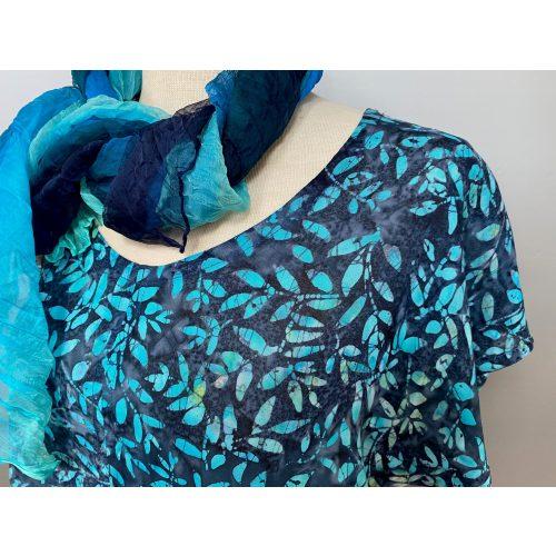 De fleste af vore tørklæder fås i større antal - til f.eks. kor eller arbejdspladser. Kontakt os gerne med forespørgsel, så undersøger vi straks om det ønskede antal er på lager til levering.Batikbluse Model 185 - Løv Blå multi, Batikbluse Model 185 - Løv Peacock, festtøj, festbluse, forårsbluse, sommer, farver, smukke, kvalitet, slank, klædelig, åndbar, lækker, yndig, feminin, kort, speciel, holdbar, kunsthåndværk, håndlavet, batik, batiktryk, batikfarvet, påfugl, biti, ribe, unikat