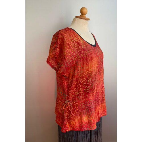 Batikbluse Model 185 - Græs Orange, orange, terracotta, varm orange, varme farver, dæmpet, smuk, klædelig, åndbar, smart, feminin, dame, sommerbluse, forårsbluse, fest, festbluse, festtøj, let, tynd, batik, batikfarvet, holdbar, kvalitet, speciel, unikat, biti, ribe, figur, talje,