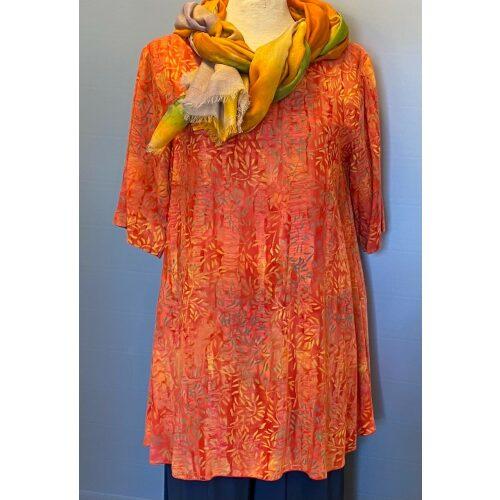Batikbluse 141 A-facon - Græs Orange, gylden, gyldne, varme, farver, kulørt, farverig, brændte, nuancer, batik, batiktryk, batikbluse, bluse, tynd, let, lang, vidde, løs, åndbar, kortærmet, a-snit, a-fason, a-shape, løv, fint, feminint, biti, ribe