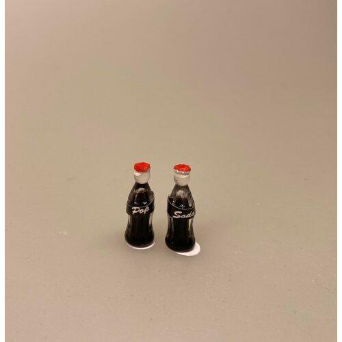miniature Cola Flaske, kasse, sodavandskasse, miniature Cola Dåse, cola, coca cola, coke, coladåse, dåsecola, sodavand, sodavandsdåse, dåsesodavand, mini, miniature, micro, dukkehus, dukkehusting, dukkehustilbehør, sangskjuler, gavekort, ide, symbolsk, colaelsker, afhængig, cola addict, cola lover, biti, ribe