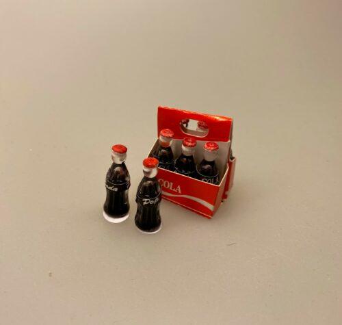 miniature Cola Flasker i kasse, miniature Cola Flaske, kasse, sodavandskasse, miniature Cola Dåse, cola, coca cola, coke, coladåse, dåsecola, sodavand, sodavandsdåse, dåsesodavand, mini, miniature, micro, dukkehus, dukkehusting, dukkehustilbehør, sangskjuler, gavekort, ide, symbolsk, colaelsker, afhængig, cola addict, cola lover, biti, ribe