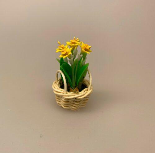 Miniature Kurv med påskeliljer, blomster, 1:12, miniaturer, dukkehus, dukkehuset, dukkehusting, dukkehustilbehør, mini, bonsai, påske, påskepynt, små ting,sætterkasse, sættekasse, hylde, samler, sangskjuler, konfirmation, gavekort, fødselsdag, symbolsk, biti, ribe, narcisser, påskeliljer