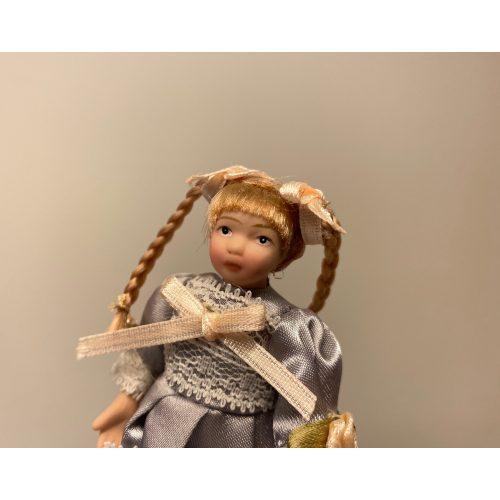 Lille pige Silvia, Lille pige Alice, dukkehusdukke, dukkehusdukker, dukke, dukkepige, pigedukke, ting til dukkehuset, dukkehusting, dukketing, miniature, miniaturer, små ting, sættekassen, sættekasseting, biti, ribe, herskab, tjenestefolk, upstairs, downstairs,