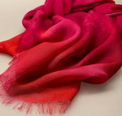 Salto koloreret tørklæde - Sophie Pink/rød,Salto koloreret tørklæde - Sofie Pink , pink nuancer, rød, klare farver, stort, let, silke, silkeblanding, stola, elegant, fest, festtøj, galla, gallakjole, gallasjal, sjal, bolero, flot, lækkert, smukt, kolde farver, biti, ribe, gave, gaveide, kor, til kor,vadehavet, danmarks ældste by,