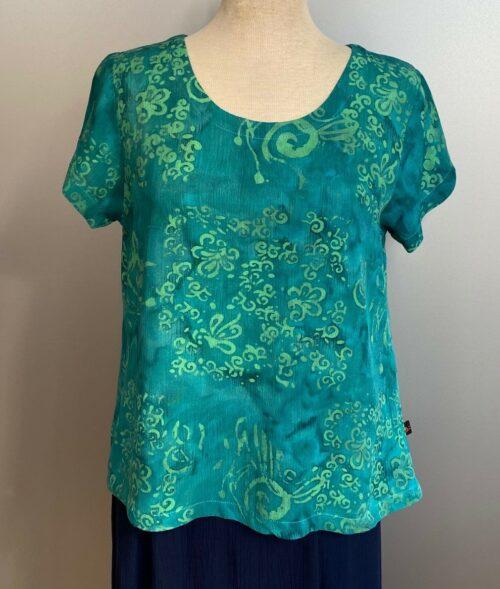 Batik Bluse Taro kortærmet - Krummelurer Grøn, smaragd, emerald, smaragdgrøn, naturmateriale, strygefri, åndbar, batkfarvet, batiktryk, slank, korte ærmer, sommerbluse, dame, smart, kvalitet, lækker, smart, små størrelser, klædelig, afslappet, casual, biti, ribe, Diva