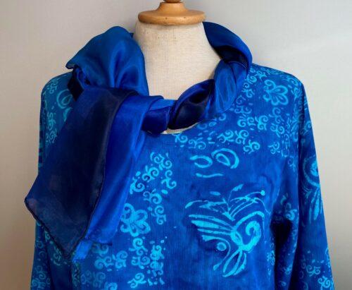 Batik bluse - Top Puri Krummelurer Blå, kort, bluse, forårsbluse, sommerbluse, fest, dametøj, klar blå, coboltblå, koboltblå, kongeblå, niveablå, slank, figursyet, langærmet, lange ærmer, batik, batikfarvet, batiktryk, Diva, natur, økologisk, åndbart, strygefri, biti, ribe, små, lille,