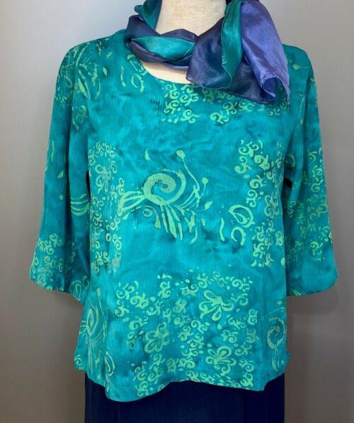 Batik bluse - Top Puri Krummelurer Grøn, smaragd, smaragdgrøn, turkis, søgrøn, forårsgrøn, kølig, sommerbluse, forårsbluse, til bukser, til nederdel, langærmet, rund hals, kort, slank, figursyet, følger kroppen, batik, batikfarvet, batikfarve, holdbar, kvalitet, ånde, lækker, smuk, usædvanlig, festtøj, konfirmation, økologisk, Diva, Biti, ribe, vadehavet, flot, frisk, lækker, crinkle, crash, strygefri, rejse