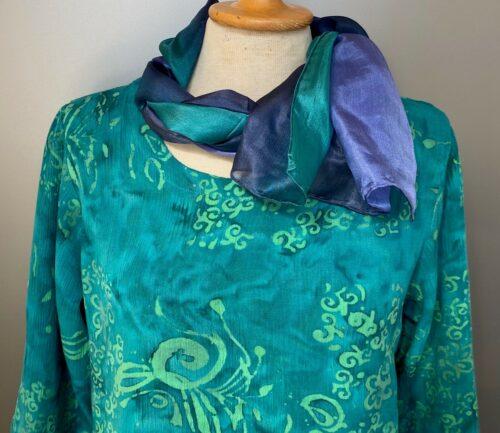 Batik bluse - Top Puri Krummelurer Grøn, smaragd, smaragdgrøn, turkis, søgrøn, forårsgrøn, kølig, sommerbluse, forårsbluse, til bukser, til nederdel, langærmet, rund hals, kort, slank, figursyet, følger kroppen, batik, batikfarvet, batikfarve, holdbar, kvalitet, ånde, lækker, smuk, usædvanlig, festtøj, konfirmation, økologisk, Diva, Biti, ribe, vadehavet, flot, frisk, lækker, crinkle, crash, strygefri, rejse, Glat silketørklæde 1658 - Blå/grøn , 1658 farve 235 blå grøn silke silketørklæde ,tørklæde, glat silke, kvalitet, eksklusivt, luksuriøst, luksus, håndrullet, håndstukket, kinesisk, blød silke, violet, violblå, blå, biti, ribe, kor, kor tørklæder, flot,