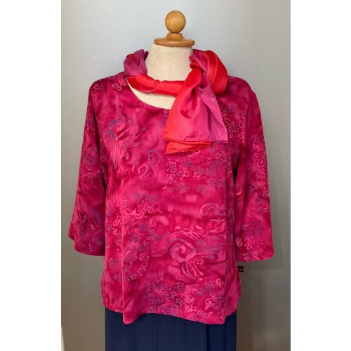 Batik bluse Top Puri - Krummelurer Pink/Lilla, pink, cerise, ceriserød, fuchsia, hindbærrød, raspberry, pink, lilla, violet, lyserød, rosa, langærmet, kort, slank smal, figursyet, lille, forårsbluse, sommerbluse, dametøj, bluse, festtøj, festbluse, konfirmation, barnedåb, klare farver, kolde farver, til gråt hår, specielt, batikfarvet, batikbluse, batiktryk, Diva, kvalitet, naturfibre, økologisk, åndbar, Biti, Ribe