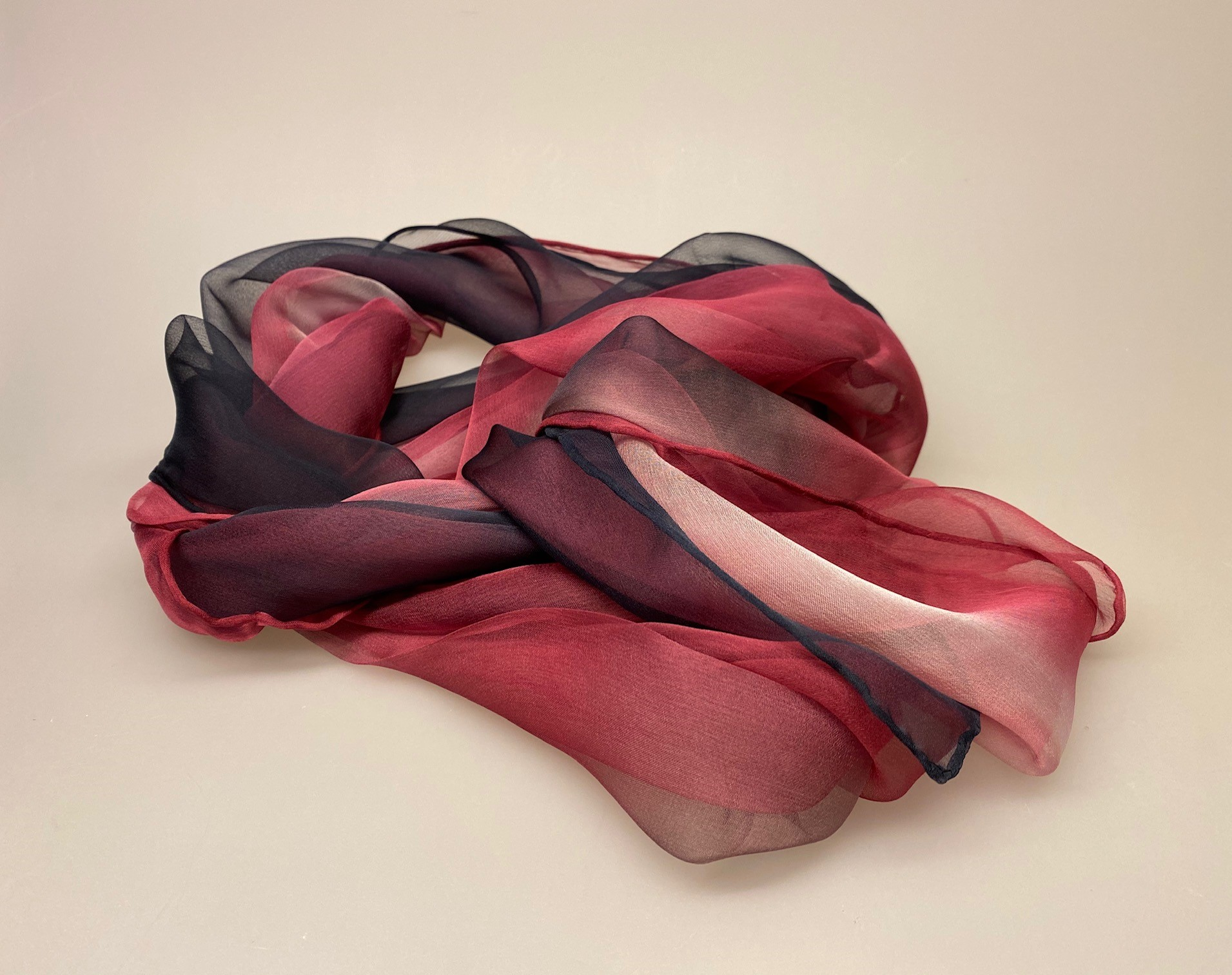 Silkechiffon Tørklæde 1158 - Marineblå/lyng/rosa , 1158-249, marineblå, navy, mørkeblå, lyngfarvet, lilla, lynglilla, rosa, silke, ren silke, silketørklæde, silkechiffon, let, stort, volumen, sjal, stola, fest, festtøj, elegant, kvalitet, flot, kor, gave, gaveide, rund fødselsdag, biti, ribe