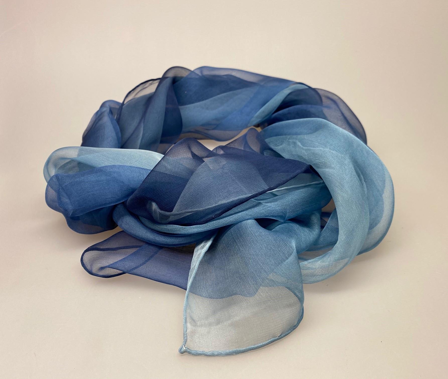 1158-044, Silkechiffon Tørklæde 1158 - Marineblå/lyseblå , jeansblå, denimblå, gråblå, mørkeblå, navyblå, marine blå, blå farver, tyndt, stort, lækkert, luksuriøst, flot, eksklusivt, stola, sjal, tørklæde, silketørklæde, ren silke, silkesjal, silkestola, biti, ribe