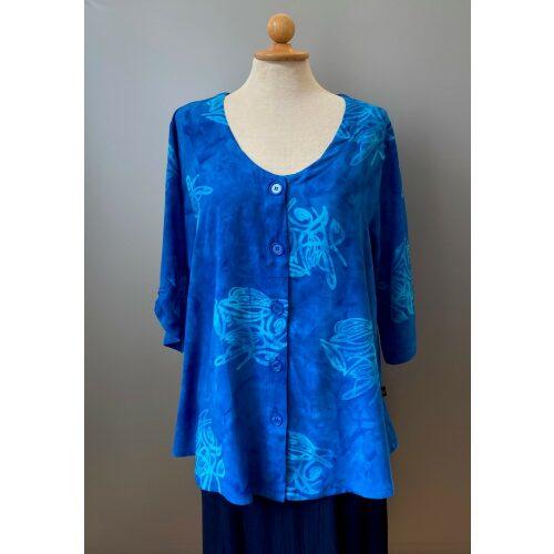 Batik Bluse med knapper - Model Oko Blå, unika, batiktryk, batikfarvet, speciel, kunsthåndværk, bluse, skjorte, blå, koboltblå, himmelblå, kongeblå, store størrelser, løs, vidde, 2/4 ærmer, v-hals, smart, naturfibre, økologisk, bio, øko, nedbrydelig, åndbar, festtøj, kittel, skjorte, biti, ribe, vadehavet, havblå, design,