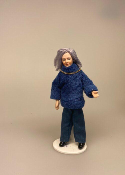 Dukke Frisk Bedstemor. mormor, farmor, tante, dukkehusdukke, dukke, dukkehuset, dukkehusting, dukkehustilbehør, miniature, biti, ribe