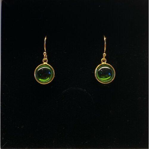 Forgyldte Ørenringe med glat Rund Sten - Grøn Krystal, grønne øreringe, grønne sten, peridot, ædelsten, ægte sten, krystal, bjergkrystal, runde øreringe, ørehægere, sten øreringe, æblegrøn, klar grøn, ørenringe, guld øreringe, gyldne, guldbelagte, forgyldt sølv, ægte, kvalitet, billige, nye, nyheder, smukke, elegante, stilsikre, tidsløse, design, dansk, danske brands, maanesten, stine a, pernille corydon, julie sandlau, biti, ribe, susanne friis bjørner,